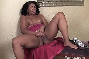 Yanks Ebony Sydnee Capri'_s Lipstick Vibe